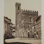11. (Photographie). ALBUM FIRENZE. Album in folio (40 x 27 cm) renfermant 29 photographies, avec serpente protectrice en soie, collées sur carton fort montés sur onglet, chagrin rouge, filets à froid sur les plats, dentelle intérieure dorée. (reliure de l'époque). Bel album qui s'ouvre par 5 vues de Firenze, suivies de 24 photographies de tableaux célèbres conservés dans les musées de la ville. Ces 29 photographies (25 x 19,5 cm et 24 x 19 cm), prises vers 1860-70, portent les tampons secs des célèbres frères Alinari (firme Fratelli Alinari, fondée en 1852), connus pour leurs travaux spécialisés dans les œuvres d'art et les monuments. Photographes officiels du gouvernement italien, fondateurs de la première firme photographique au monde, ils avaient obtenus dès 1855, le rare privilège de photographier les collections publiques. Il existe aujourd'hui un musée Alinari à Florence. Traces d'usure aux charnières, les épreuves sont bien conservées. 300/500