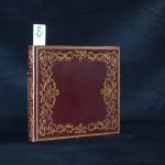 2. BRACHET (H). ATLAS POUR LE COURS DE GEOGRAPHIE et d'histoire ancienne pendant l'année scolaire 1840. Avec le sommaire de chaque leçon. In-4°, chagrin parme, large décor doré sur les plats, roulette intérieure, tranches dorées (reliure de l'époque). Atlas entièrement manuscrit et orné de dessins à la plume et de cartes aquarellées, consacré principalement à la Grèce. Il est illustré de 6 culs de lampe imagés, de 8 cartes aquarellées à pleine page et de 4 grands dessins originaux réalisés à l'encre. Très bel exemplaire, bien conservé dans une fine reliure romantique strictement contemporaine. 300/500