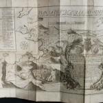 80 SARNELLI (Pompée). LA (sic) GUIDE DES ETRANGERS CURIEUX de voir les choses plus mémorables de Poussol et de ses environs. Traduite en français et augmenté par Antoine Bulifon. Naples, sans nom, 1702. In-12 de [8]-368-[14] pages, velin ivoire (reliure de l'époque). Orné de 27 (sur 33) planches gravées, dont l'une plusieurs fois repliée de Pozzole, gravée par Antonio Bulifon en 1596. Ex. manipulé. 150/200